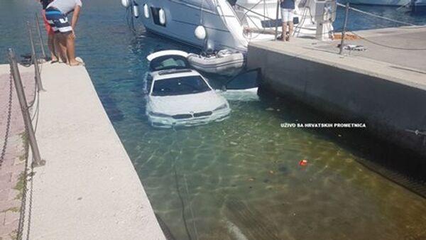 BMV parkiran u moru - Sputnik Srbija