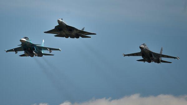 Avioni Su-34, T-50 i Su-35S izvode akrobacije na Međunarodnom avio-salonu MAKS 2015 - Sputnik Srbija