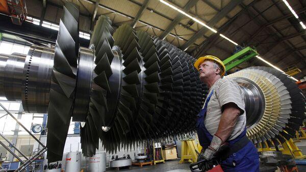 Radnik pored turbo-motora u fabrici Simens u Nemačkoj - Sputnik Srbija
