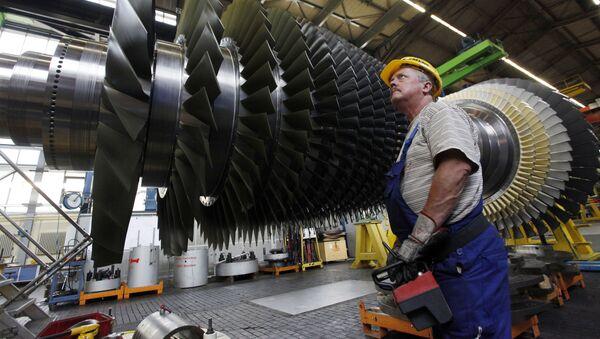Радник поред турбо-мотора у фабрици Сименс у Немачкој - Sputnik Србија