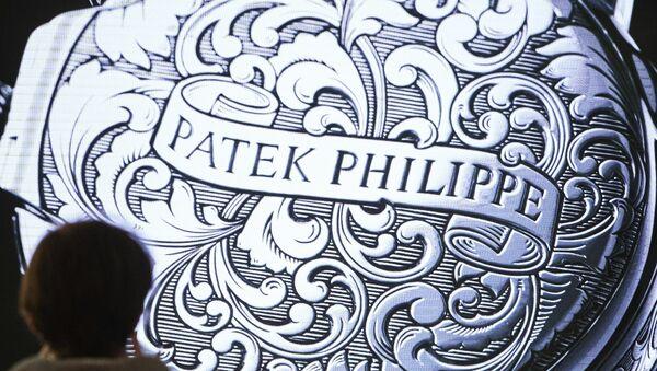 Посетиоци пролазе поред штанда швајцарског произвођача сатова Patek Philippe на сајму у Базелу - Sputnik Србија
