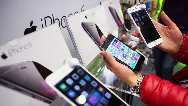 Kupci u moskovskoj prodavnici posmatraju nove pametne telefone - Sputnik Srbija