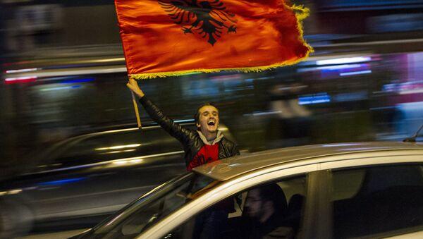 Devojka sa albanskom zastavom na KiM - Sputnik Srbija