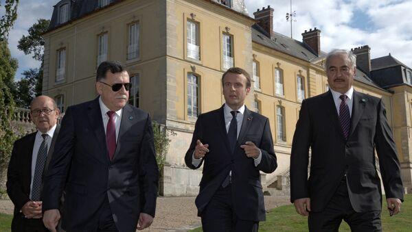 Председник Француске Емануел Макрон разговара са либијским лидерима, премијером Фајезом Сараџем и генералом Халифом Хафтаром - Sputnik Србија