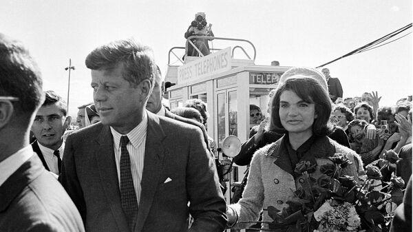 Američki predsednik Džon Kenedi sa suprugom Žaklinom na aerodromu u Dalasu - Sputnik Srbija
