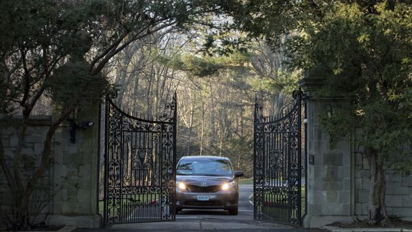 Automobil sa diplomatskim tablicama izlazi sa imanja u Glen Kovu na Long Ajlandu - Sputnik Srbija