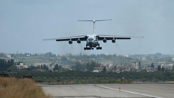 Ruski avion Il-76 sleće na aerodrom Hmejmim u Siriji - Sputnik Srbija