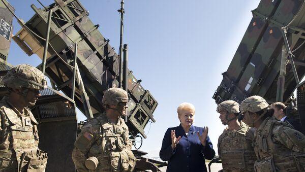 Predsednica Litvanije Dalija Gribauskajte sa američkim vojnicima ispred raketnog sistema Patriot - Sputnik Srbija