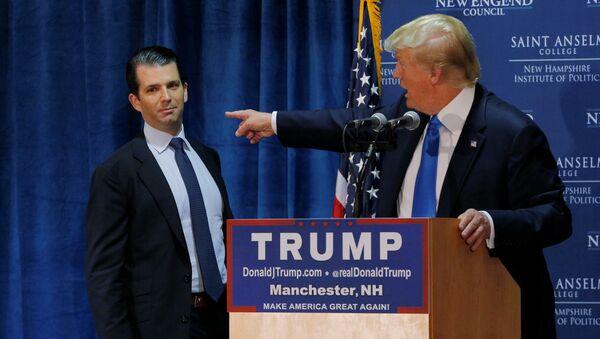 Републикански председнички кандидат Доналд Трамп са сином Доналдом Трампом Млађим на конвенцији у Њу Хемпширу - Sputnik Србија