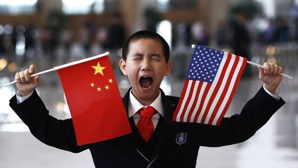 Dečko sa zastavama Kine i Amerike - Sputnik Srbija