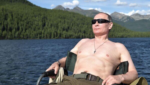Председник Русије Владимир Путин сунча се на језеру у Републици Тива - Sputnik Србија