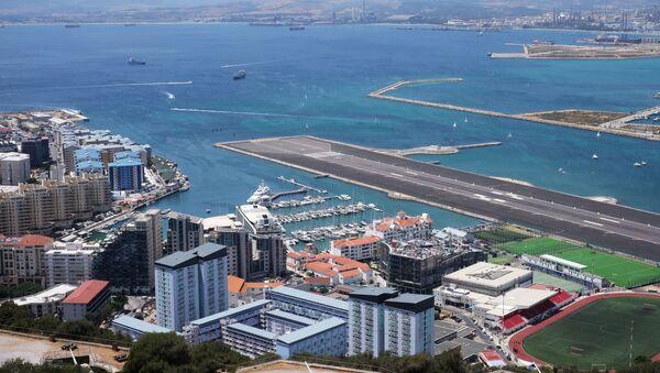 Вид на взлетно-посадочную полосу Международного аэропорта со скалы Гибралтар - Sputnik Србија