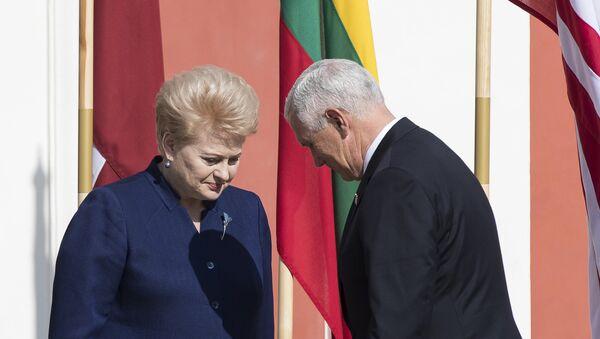 Predsednica Litvanije Dalija Gribauskajte i potpredsednik SAD Majkl Pens na svečanosti u glavnom gradu Estonije Talinu - Sputnik Srbija