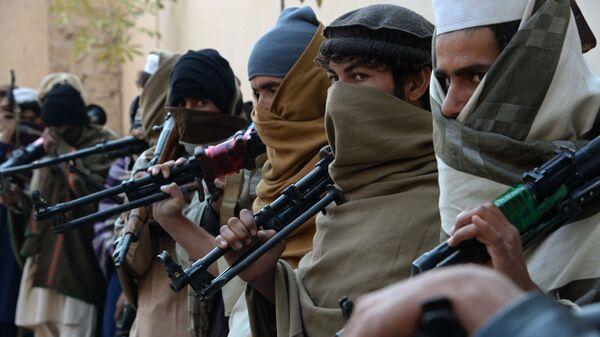 Бивши талибани са оружјем пре њиховог предавања у Џалалабаду, 2015. - Sputnik Србија
