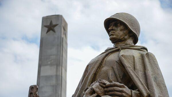 Skulptura na groblju-mauzoleju sovjetskih vojnika u Varšavi - Sputnik Srbija