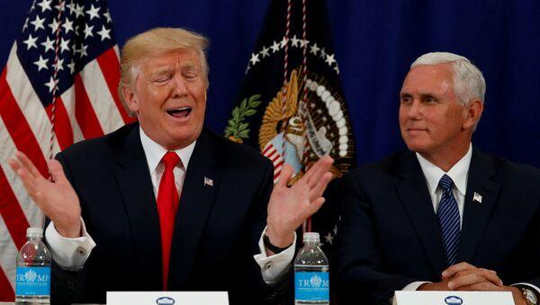 Predsednik SAD Donald Tramp i potpredsednik Majk Pens na konferenciji za medije u Nju Džerziju - Sputnik Srbija