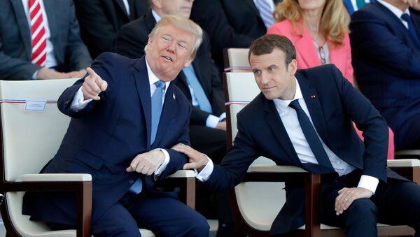 Predsednici SAD i Francuske, Donald Tramp i Emanuel Makron na ceremoniji obeležavanja Dana pada Bastilje u Parizu - Sputnik Srbija
