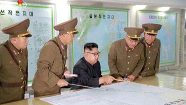 Pripadnici Vojske Severne Koreje sa liderom Kim Džong Unom prave plan za lansiranje rakete  - Sputnik Srbija