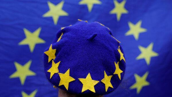 Čovek sa kapom EU - Sputnik Srbija