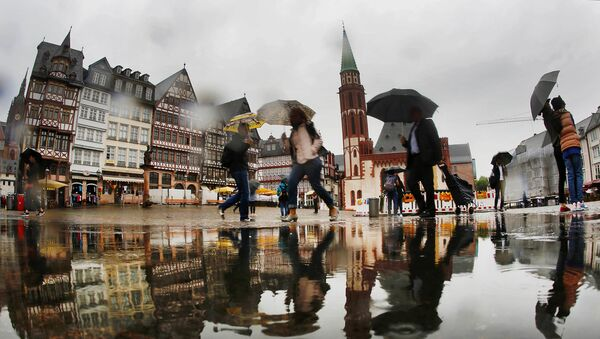 Ljudi u Frankfurtu po kiši, Nemačka - arhivska fotografija - Sputnik Srbija