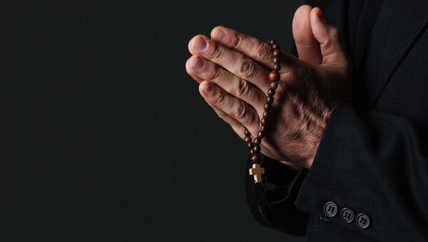 Sveštenik tokom molitve - Sputnik Srbija