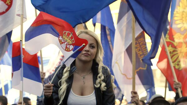 Девојка са заставом Србије - Sputnik Србија