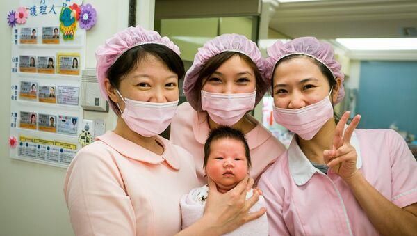 Медицинске сестре, бабице, са новорођенчетом. - Sputnik Србија
