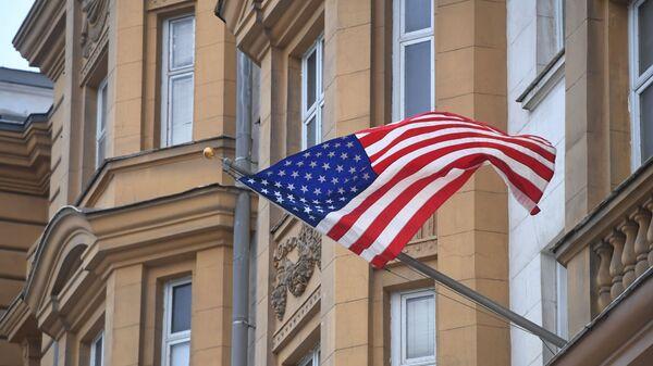 Застава САД на згради америчке амбасаде у Москви - Sputnik Србија