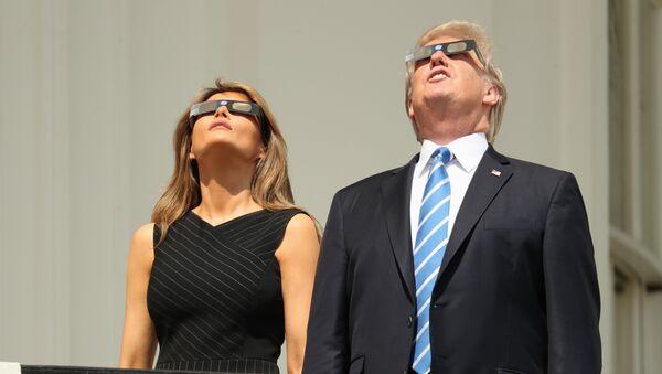 Donald i Melanija Tramp posmatraju pomračenje sunca - Sputnik Srbija