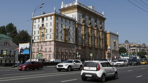 Возила пролазе поред амбасаде САД у Москви - Sputnik Србија