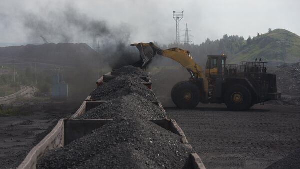 Утовар угља у вагоне у руднику Бачатски - Sputnik Србија