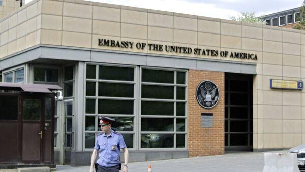 Полицајац испред улаза у зграду амбасаде САД у Москви - Sputnik Србија