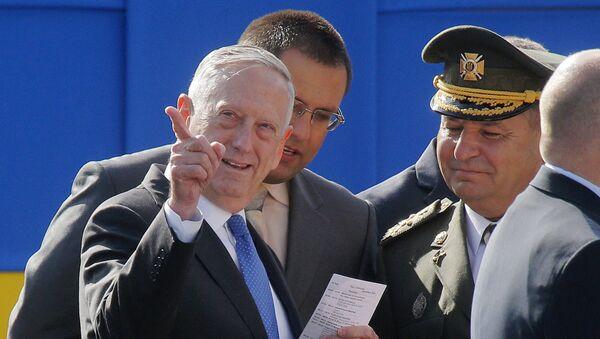 Aмерички министар одбране Џејмс Матис у посети Украјини. - Sputnik Србија