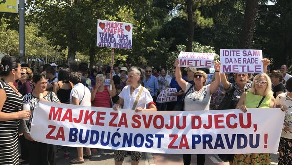 Protest majki troje dece u Podgorici - Sputnik Srbija