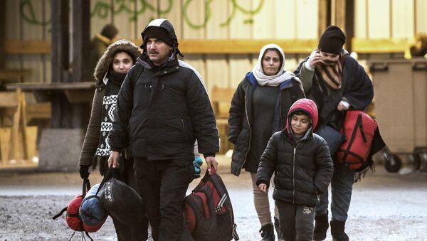Мигранти долазе у избеглички камп на северу Француске - Sputnik Србија