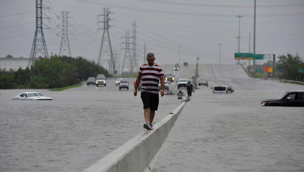 Potopljeni auto-put u Hjustonu nakon prolaska uragana Harvi kroz Teksas - Sputnik Srbija