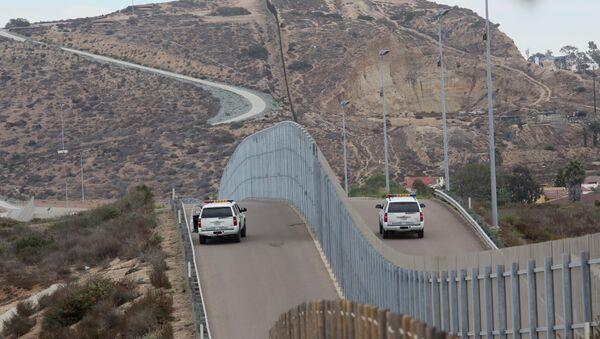 Возила граничне полиције на граници између САД и Мексика - Sputnik Србија