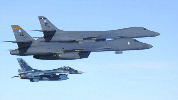 Američki bombarderi B-1B i japanski avioni F-2 preleću ostrvo Kjušu tokom vojnih vežbi - Sputnik Srbija
