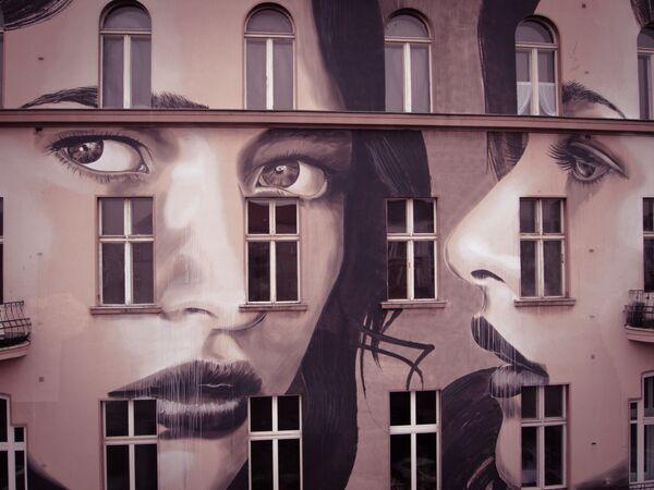 Lica atraktivnih devojka sve čini lepšim: Umetnost koja oplemenjuje ruševine - Sputnik Srbija