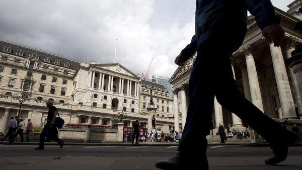 Људи пролазе поред Банке Енглеске у Лондону - Sputnik Србија