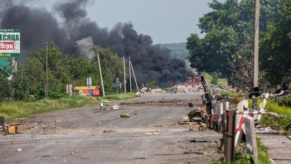 Пут у селу Семјоновка у Доњецкој области након ваздушних напада украјинских војника - Sputnik Србија