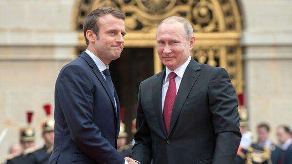 Председници Француске и Русије Емануел Макрон и Владимир Путин током састанка у Версају - Sputnik Србија
