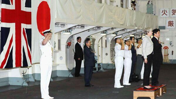 Britanska premijerka Tereza Mej na japanskom ratnom brodu - Sputnik Srbija
