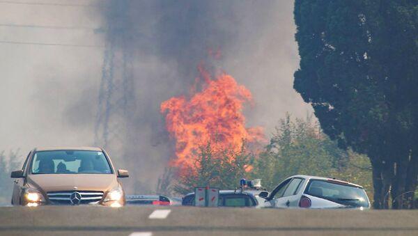 Призор као из филма апокалипсе: Барски ватрогасци спасили су од пожара око 100 кућа, упркос јаком ветру и неприступачном терену - Sputnik Србија
