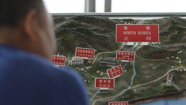 Посетилац гледа карту Северне Кореје у опсерваторији Паџу у Јужној Кореји - Sputnik Србија