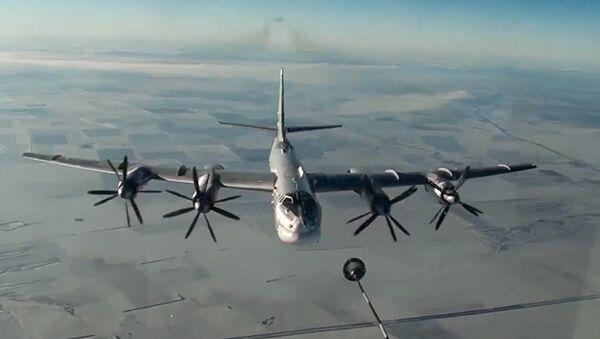 Стратешки бомбардер Ту-95М током ракетног напада крстарећим ракетама на објекте терориста у Сирији - Sputnik Србија