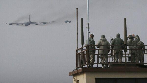 Američki avioni B-52 i F-16 i južnokorejski F-15 lete iznad vazduhoplovne baze Osan u Južnoj Koreji - Sputnik Srbija