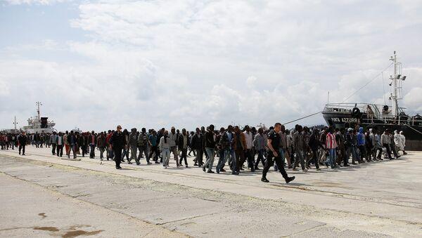Migranti izlaze iz broda Italijanske mornarice u sicilijanskoj luci Augusta, 7. maja 2016. - Sputnik Srbija