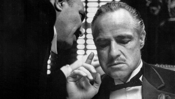 Марлон Брандо као Кум у истоименом филму Френсиса Форда Кополе. - Sputnik Србија
