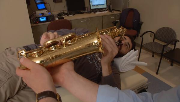 Pacijent svirao saksofon dok su mu operisali mozak - Sputnik Srbija